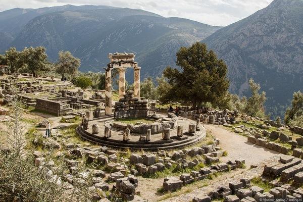 Руїни храму Аполлона у Дельфах