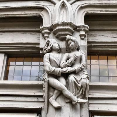 Скульптурна композиція на фасаді будинку Адама