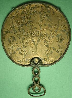 Обратная сторона британского бронзового зеркала с кельтским орнаментом